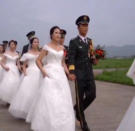 陆军航空兵学院某旅与驻地举办集体婚礼……