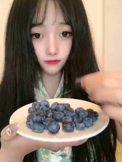 一口一个小蓝莓CC吃播