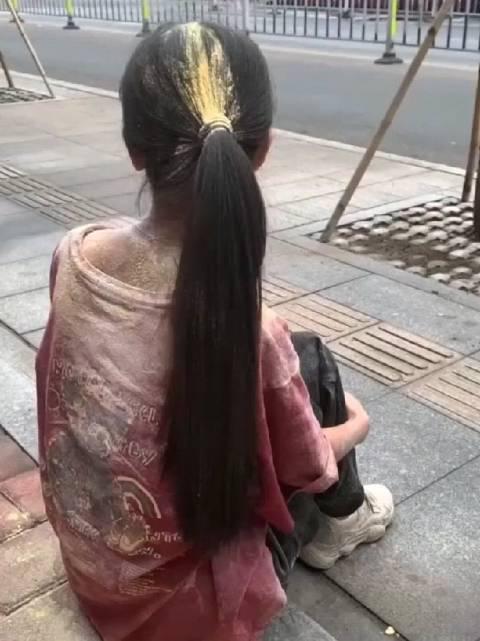21岁的小如流浪街头,拍她的手机我都看到了,还说不是作秀?