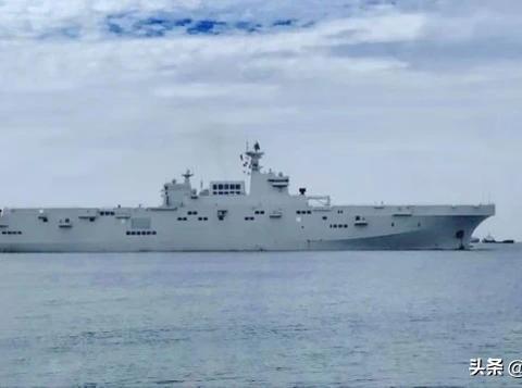 """大型两栖舰01舰首航出海了,""""准航母""""体型如山,又填补一块短板"""