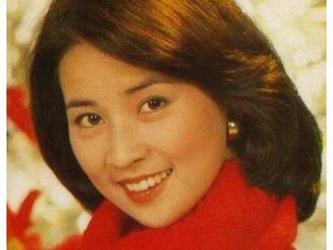 成龙的妻子67岁了,掌管几十亿家产却不爱打扮,生活朴实像老太太