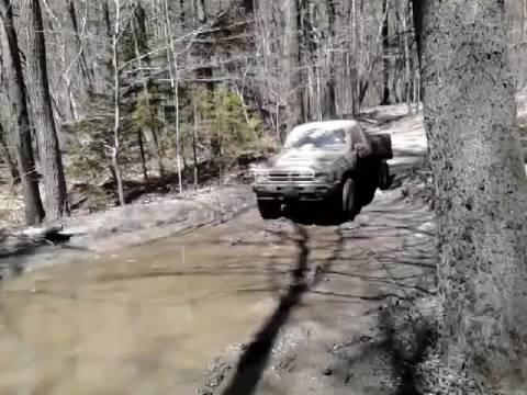 皮卡车陷入泥坑,看看老司机是怎么脱困的
