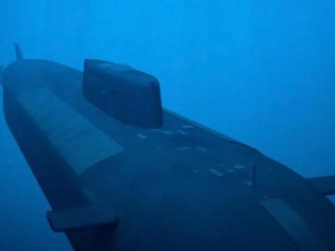 神秘核潜艇突然驶出军港,五角大楼火速服软,下令里根号离开南海