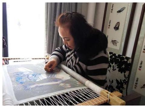 56岁大妈把一根丝线分48份,绣出传世巨画《百骏图》价值380万元