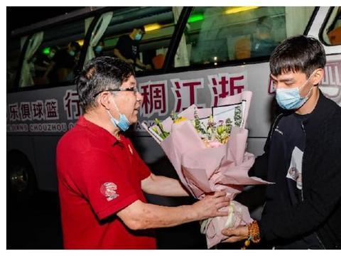 英雄凯旋!浙江球迷冒雨迎接球队,送上锦旗鲜花,青年军未来可期