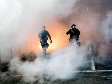 美国总统特朗普动用秘密警察,引发国内强烈不满:民主党申诉法案