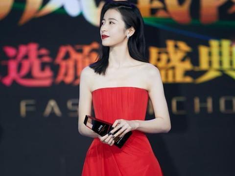 玩《巴啦啦小魔仙》很流行,穿红色抹胸裙来照亮观众