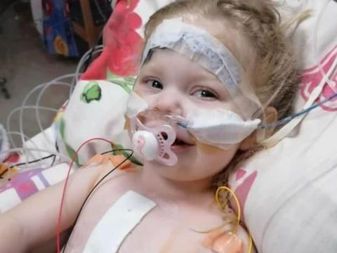 英女童仅三岁,已接受3次手术,生来只有半个心脏却保持乐观