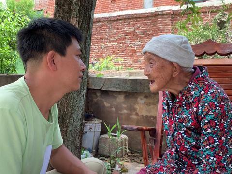 孙子问95岁奶奶:结婚时收了爷爷多少彩礼?看看奶奶怎么说