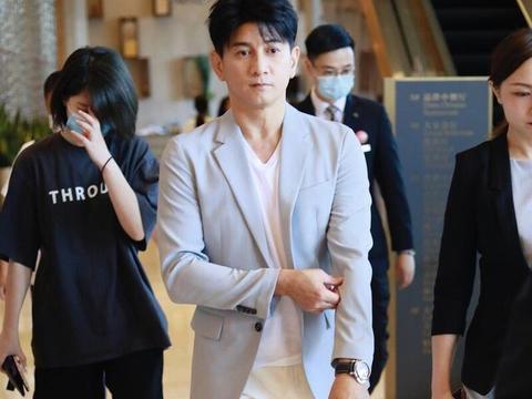 吴奇隆帅气造型,型男范十足,小腿肌肉很抢镜!这真50岁了?