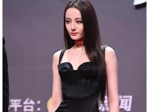 迪丽热巴穿高衩裙出席活动,与吴磊合影形如情侣,可惜动作被嫌弃