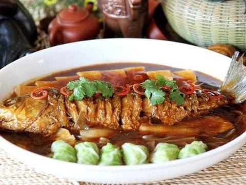 葱烧黄花鱼,番茄排骨汤,五花肉炒藕片,锡纸烤蘑菇的做法