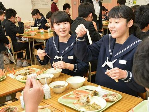 日本小学生的伙食让人流口水:整条大龙虾加入学校豪华午餐