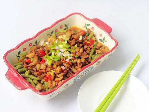 天热吃豇豆要这么做,不炒不煮,10分钟上桌,真解馋