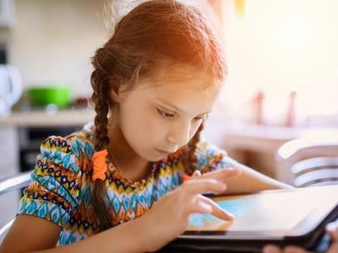 大多数父母为孩子沉迷手机头疼,闺蜜却说:感谢手机救我儿子一命