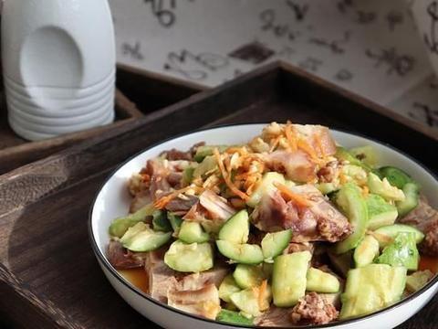 黄瓜拌猪头肉的做法,到了一道凉菜,过节的晚餐配上一点小酒