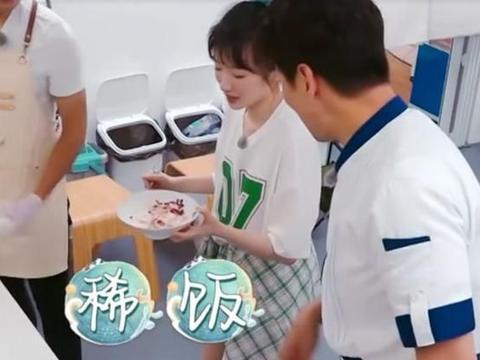 《中餐厅》黄晓明做桃子刨冰,看清无滤镜食物,网友:白送都不吃