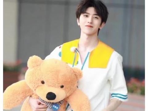 蔡徐坤22岁生日发文感谢大家祝福:他表示,吃了碗长寿面,挺开心