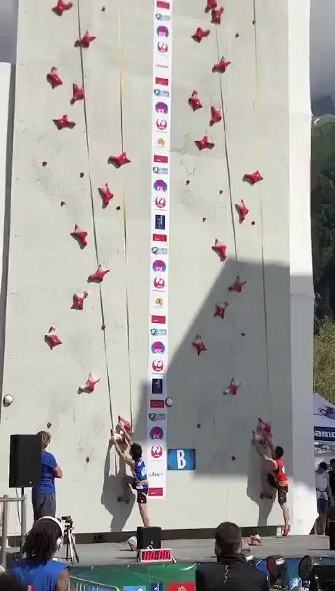 法国攀岩世界杯比赛一幕,右边是中国名将钟齐鑫