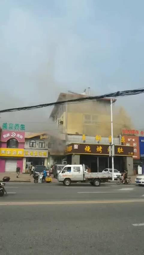 网爆刚刚吉林市铁成花园附近玉钢星原旁上品行着火了……