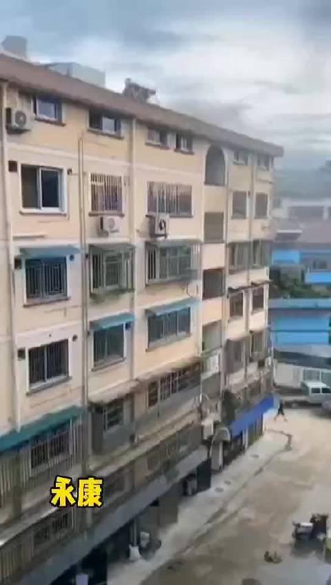 金华永康一小区起火洒水车充当消防车