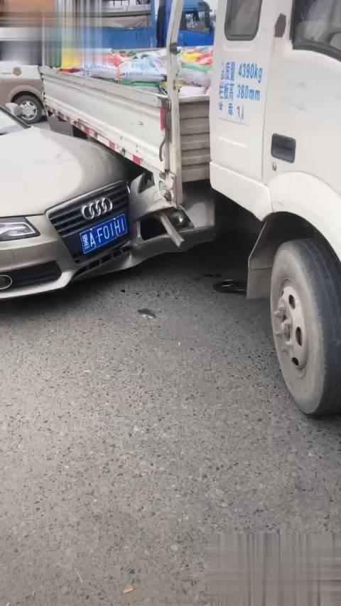 视频:宝马奥迪都出事故了?! 再来台奔驰C级,这样的话BBA就全齐了