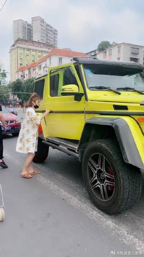 视频:两米高的巨型奔驰G63,看美女上车那一刻,就知道凭啥值400万!
