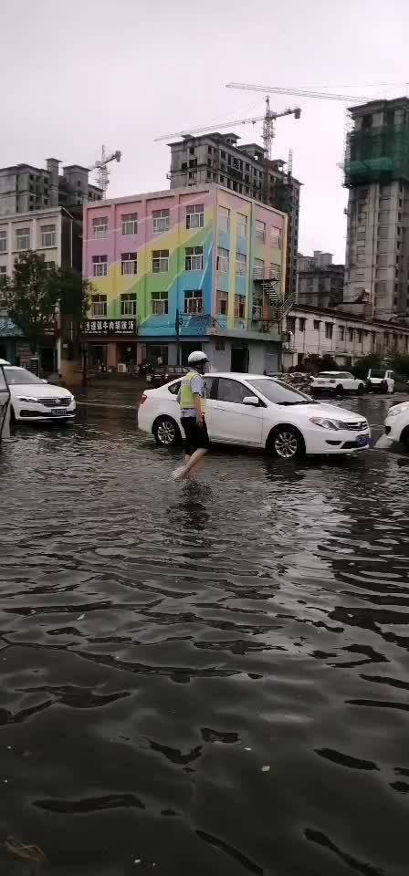 @安阳交警 8月5日下午,一场大雨席卷滑县县城……