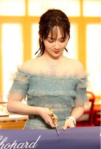 杨紫的蓝裙造型真挺嫩的,公主仪态很优雅,但刘海看着好似出油了