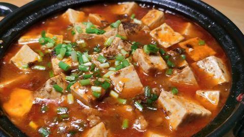 豆腐和猪肉是好搭档,放砂锅里炖一炖,入味好吃,汤汁都要泡米饭