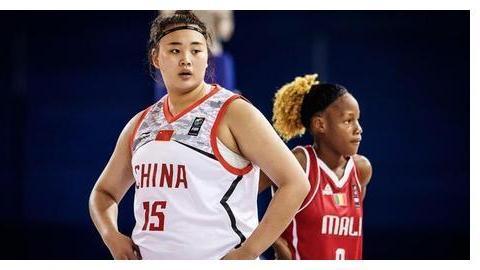 45分9板!中国篮坛又一条大鲨鱼 19岁女篮天才中锋上限在哪?