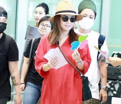 任家萱穿红裙现身机场,裙子里面还穿牛仔裤,知道原因好心酸