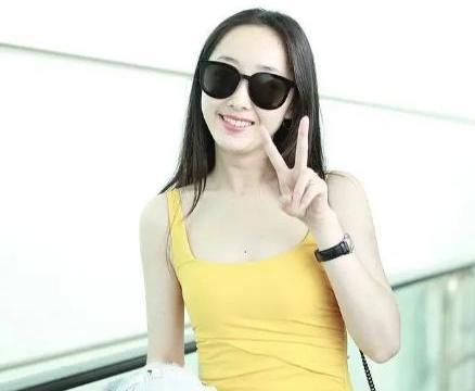 蒋梦婕身材真好,穿鹅黄色吊带裙走机场,皮肤白到发光真清爽