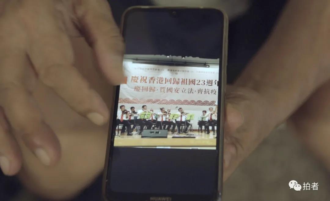 疫情下的香港老人:多方济助,卖艺贴补生活
