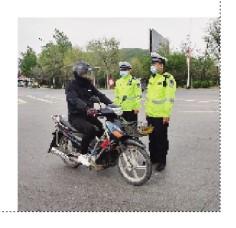 """本溪日报交警提醒驾驶人员戴头盔和系安全带——""""头""""等大事莫轻视"""