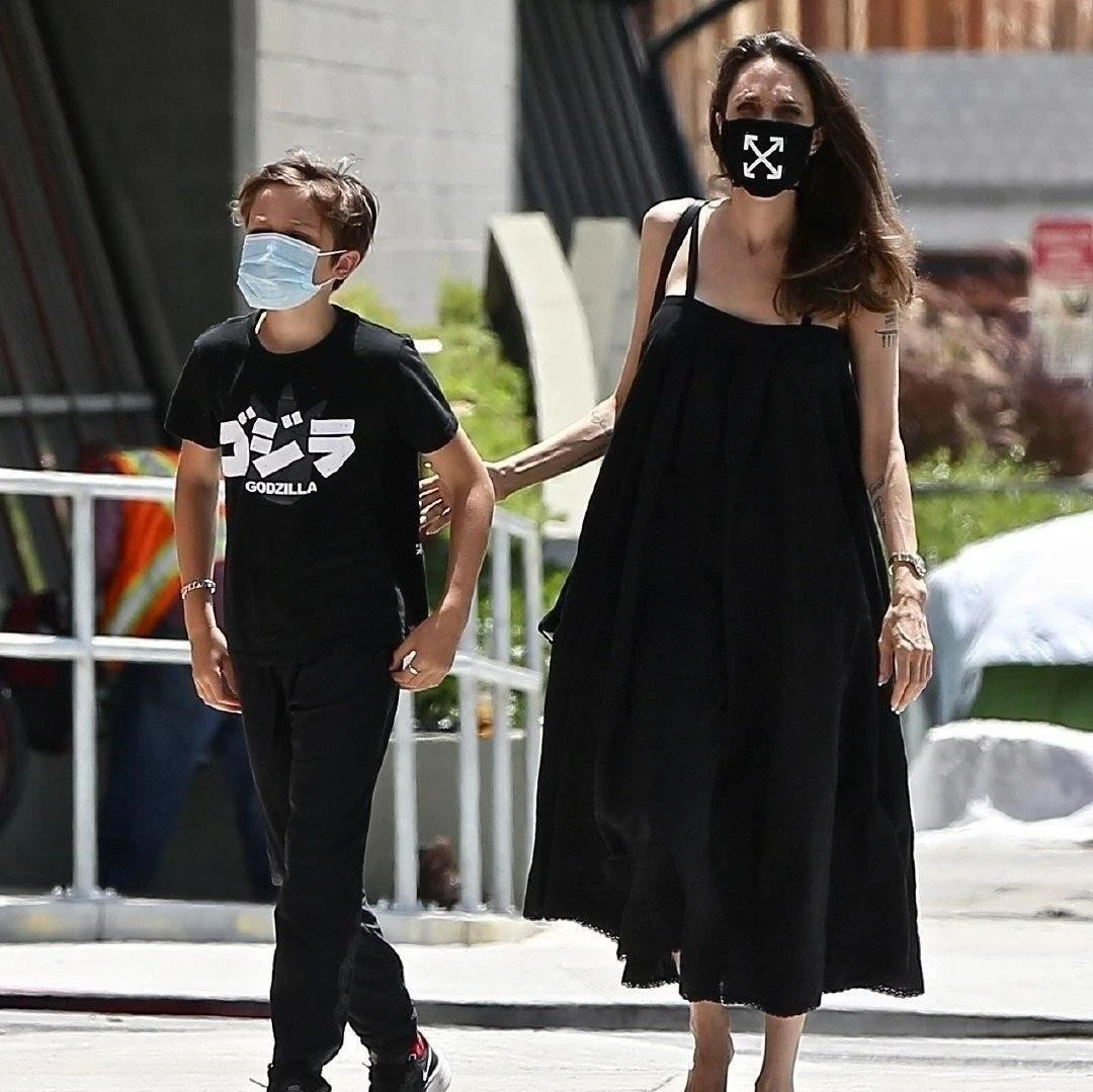 朱莉带双胞胎儿子出街,穿吊带裙凸显好身材,诺克斯长高变小型男