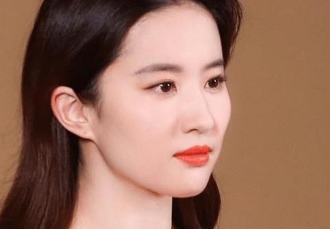 """刘亦菲18岁""""采访照""""被翻出,那时青春美丽,这才是天生丽质!"""