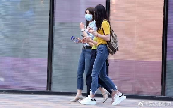 喜欢牛仔裤的人很多,搭配也轻松,平底鞋和高跟鞋都会穿出时尚