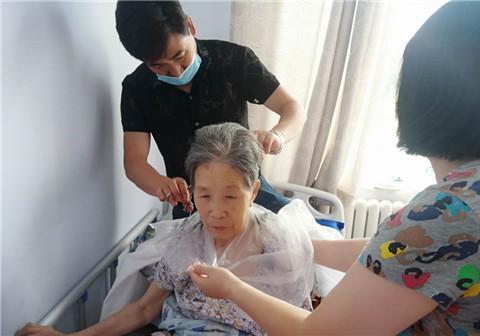 河北省张家口慈善义工联合会雷锋理发团队到敬老院看望老人