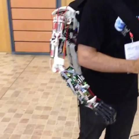 三只手:这只机械手基本采用了人体手臂的筋骨传动结构……