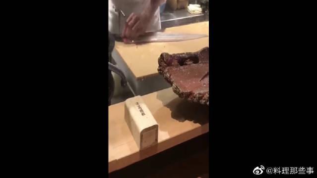 日本大师的生鱼片做法,活着就给切割了,真是太鲜了!