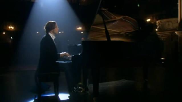这还是个皇家音乐厅,钢琴手中途突然停止演奏,只为了找自己的包