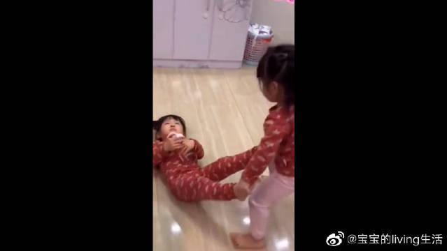 双胞胎姐妹打架,妹妹下手真狠,姐姐哭着喊妈妈救命!