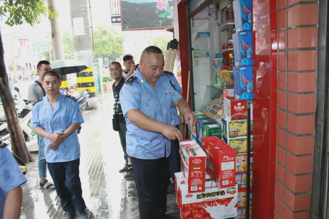 <b>略阳县市场监督管理局开展了依靠门做生意的整改</b>