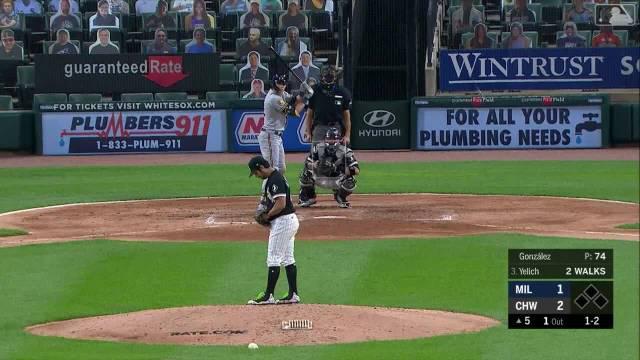 在正进行的2020年MLB常规赛白袜主场对酿酒人比