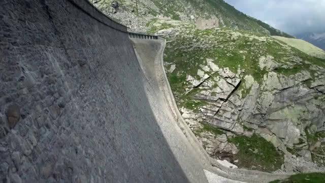 野山羊为了舔食岩石上的盐分,在近乎垂直的大坝上攀岩