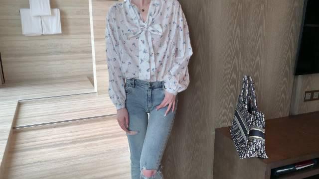 西太后碎花衬衫的上身,这款很特别也很有设计感,堆堆领显胸大……