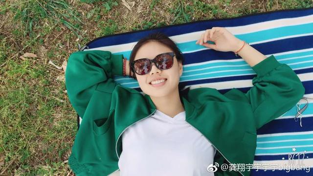 龚翔宇生活照,绿外套白T恤,平躺在草地上,好身材一览无余!