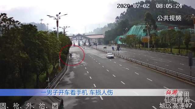 电动车撞上重型半挂牵引车,驾驶员倒地不起,监控画面令人唏嘘