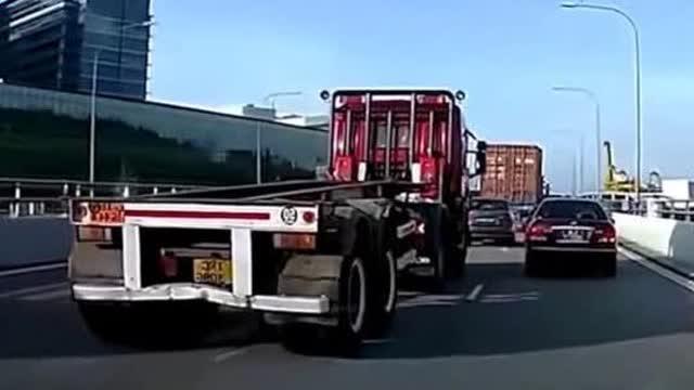 """大货车任性变道,小轿车无辜""""中枪""""记录仪拍下这一幕"""
